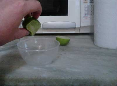 Limpar o microondas fatia de limão.
