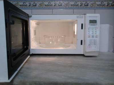 Recipiente com a mistura de água e limão no microondas