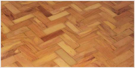 Saiba como limpar pisos de taco de madeira.