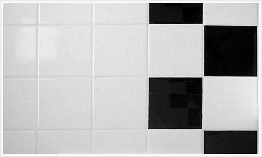 Limpando os azulejos do banheiro.