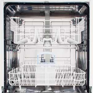 Limpar uma máquina de lavar louças.