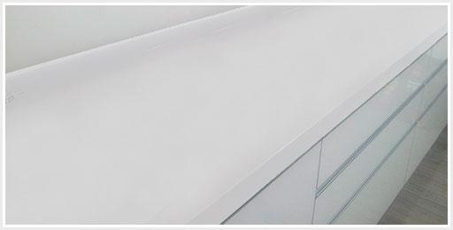 Bancada com superfície de pedra de quartzo branco.