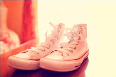 Exemplo de um tênis de tecido branco e limpo.