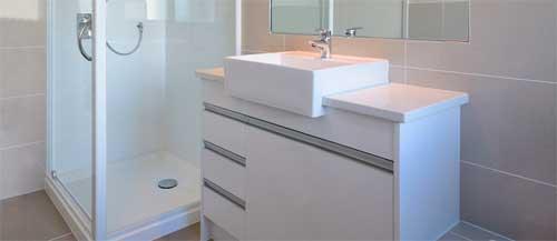 Banheiro limpo e organizado.