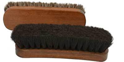 Como limpar uma escova de sapatos.